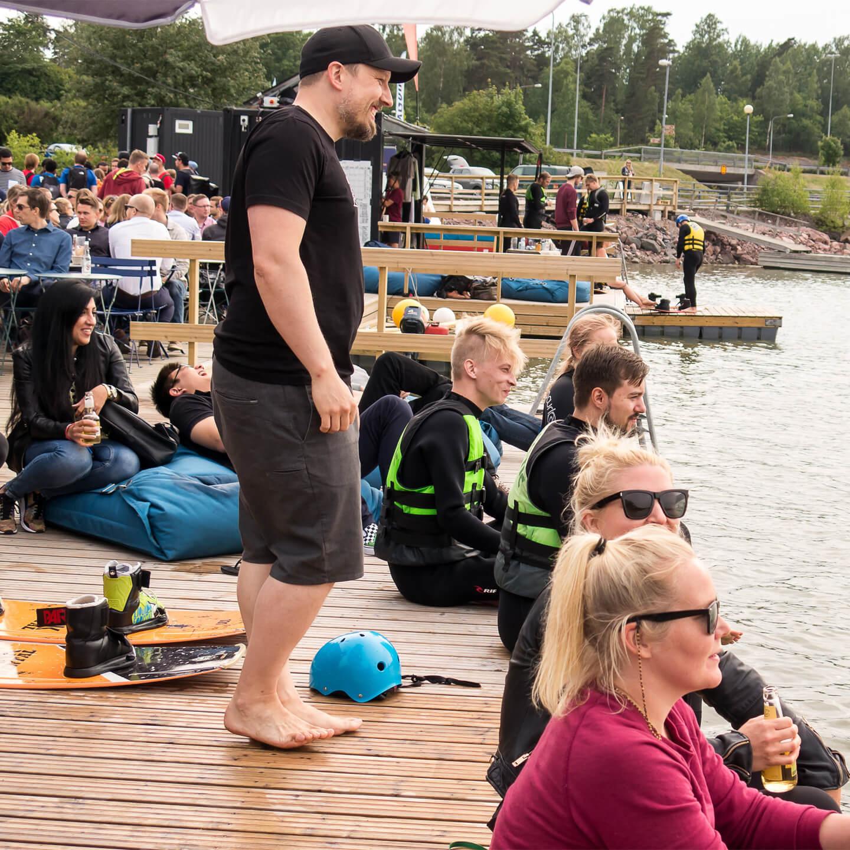 1x-helsinki-waterboarding-group-smiling